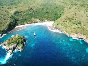with the 3 island hopping cruise in bali you can see the nusa islands off the coast of bali