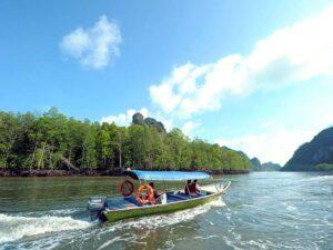 boat taking passengers during an island hopping trip package langkawi